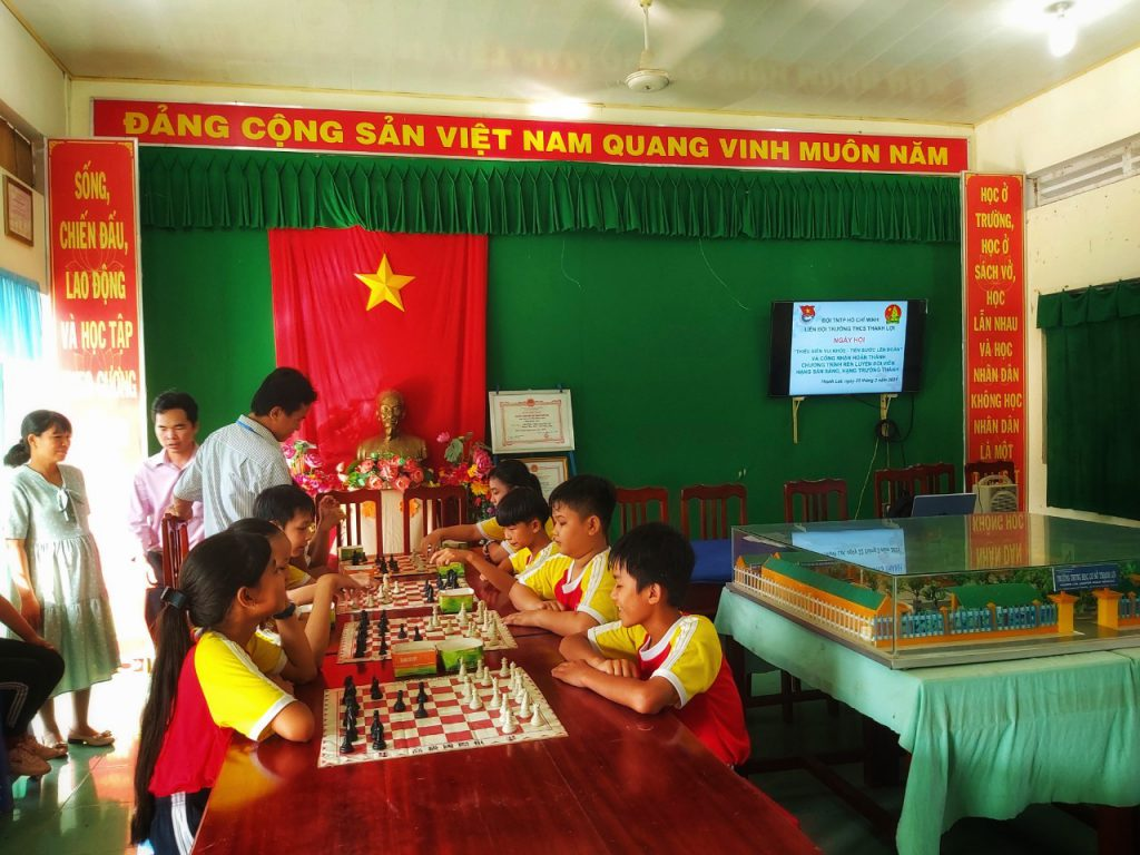 Ảnh: học sinh tham gia chơi cờ